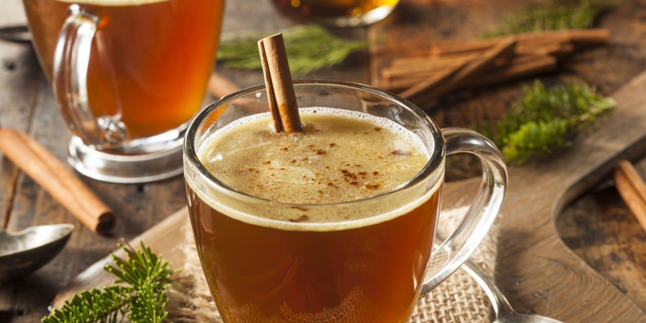 Du rhum, du beurre et des épices, une boisson chaude à célébrer